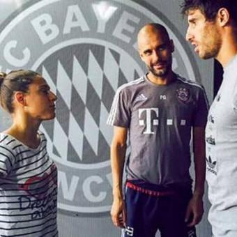 Verónica Boquete es recibida por Javi Martínez y Pep Guardiola en el Bayern Munich