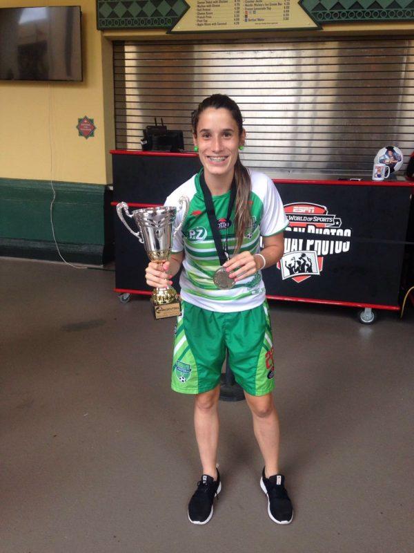 Daniela Montoya, con el trofeo y la medalla del tercer lugar en el World Futsal Championship de Orlando (Estados Unidos). Foto: Laura Fernanda Gómez.
