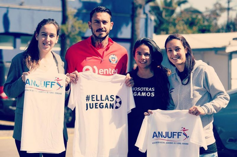 Las jugadoras junto con Mauricio Pinilla.