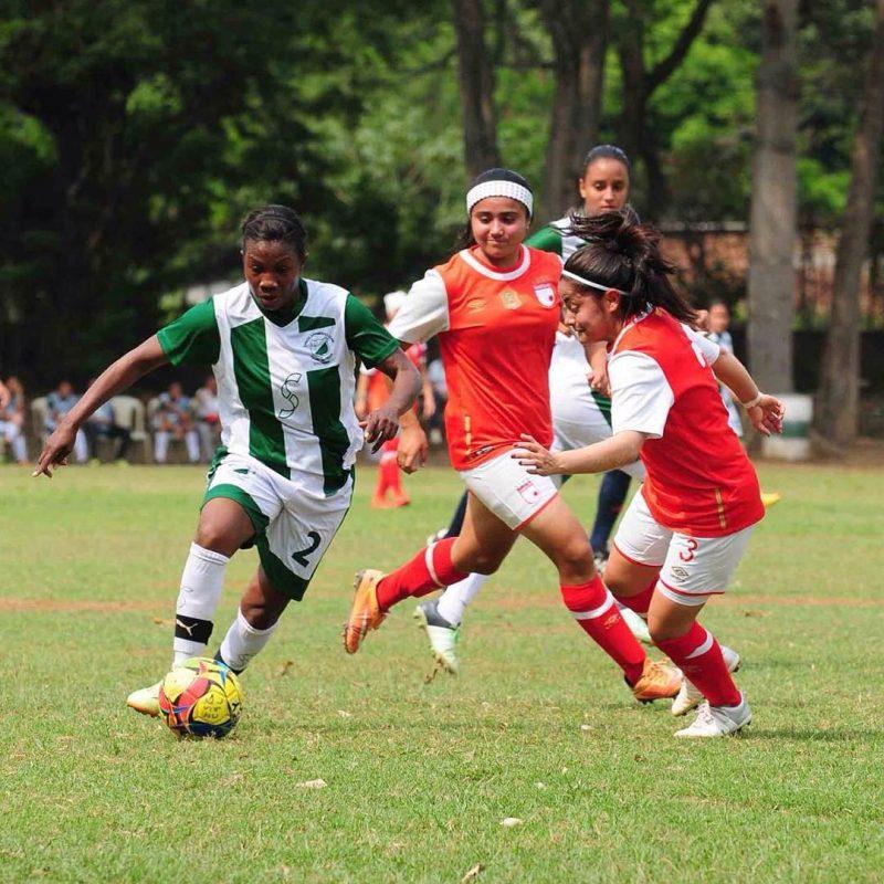 Carmen Rodallega autora de un gol para la Escuela Sarmiento Lora