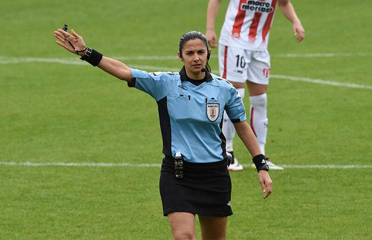 Claudia Umpiérrez, la árbitra que impartió justicia en el fútbol masculino de Uruguay