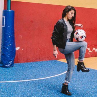 Lisa Zimouche sorprende con sus habilidades con el balón a Ronaldinho